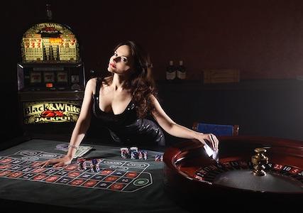 Eine Frau im Casino vor einem Roulette Tisch