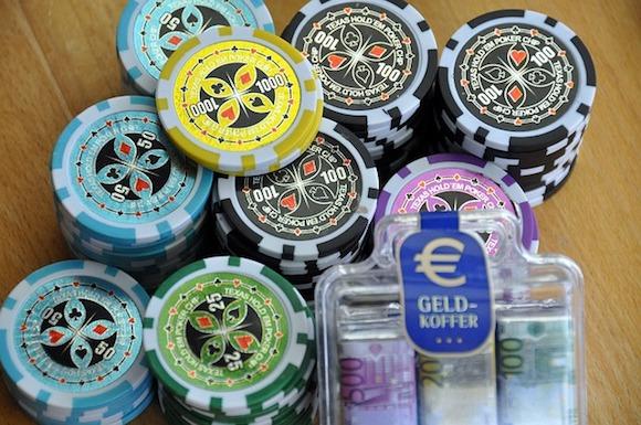 Casino Chips auf einem Tisch