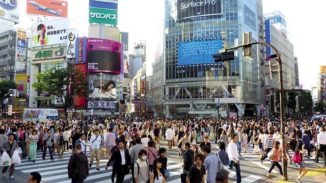 belebter Platz in einer Stadt in Japan